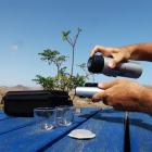 Silberfarbene Thermosflasche mit eingebauter Temperaturanzeige– Handpresso